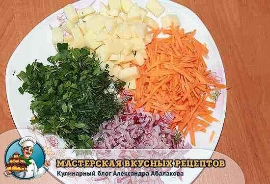 нарезанные овощи и зелень для супа