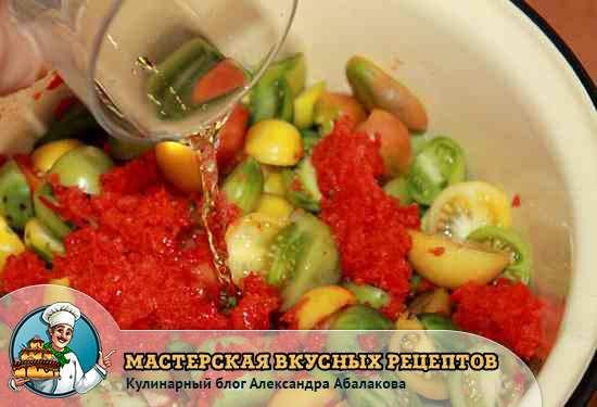 влить уксус в помидоры и перец