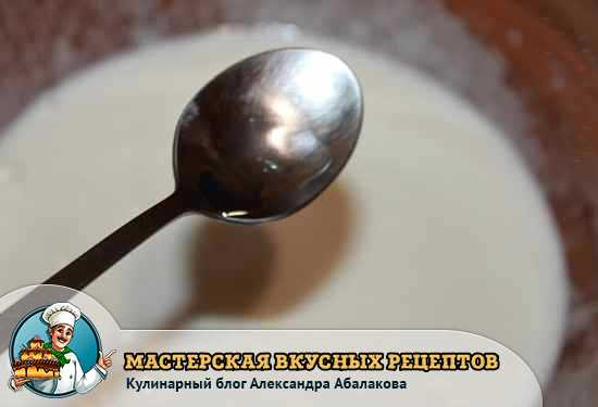 добавить в яичную смесь уксус