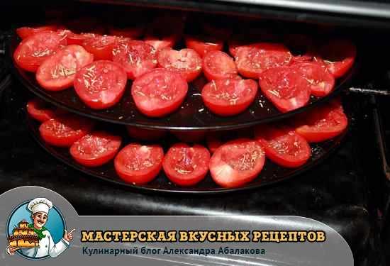 поставить половинки помидор в духовку