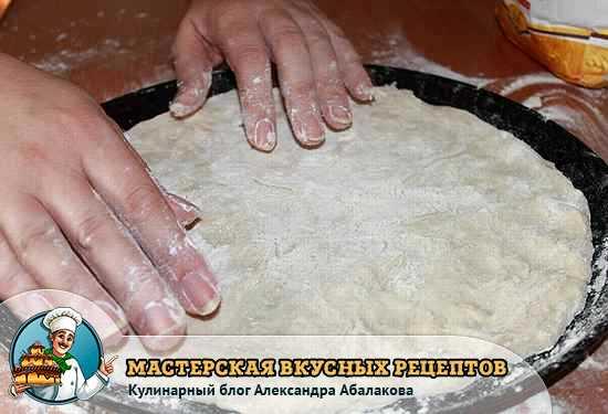 растянуть тесто в тонкую лепешку