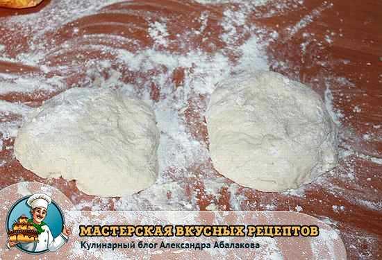вымешать тесто и разделить на две части