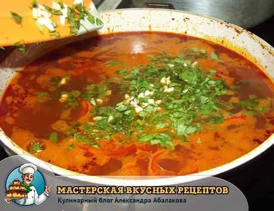зелень и чеснок в супе с лапшой