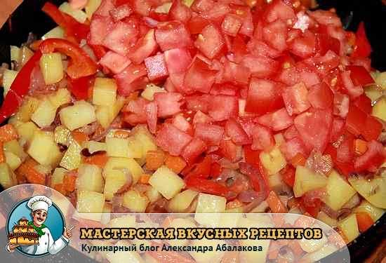 добавить к овощам помидоры