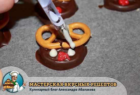 нанести белый шоколад на печенья