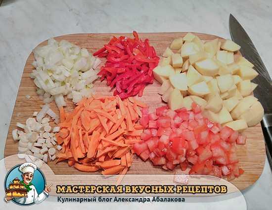 нарезанные овощи для куриного супа с рисом