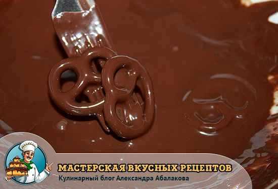окунуть крендель в шоколад