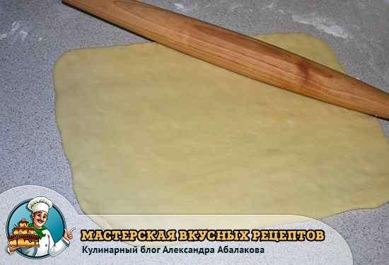 пласт теста для булочек на столе