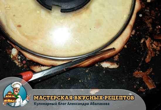 обрезать бисквитные коржи