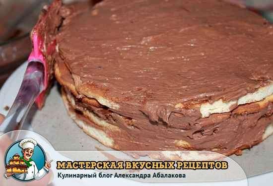 смазать бока торта кремом