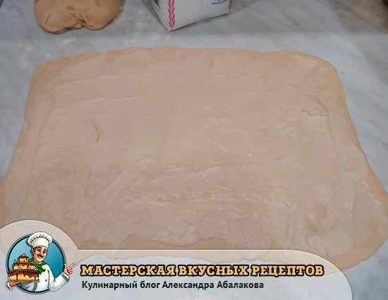 смазать заварным кремом тесто