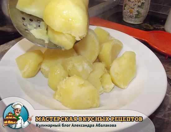 выкладываю вареный картофель