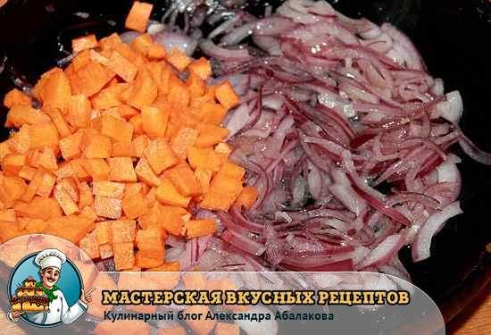 жарим морковь и красный лук