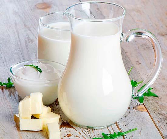 кувшин молока, сметана и масло