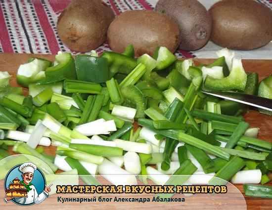 нарезанный зеленый лук и перец