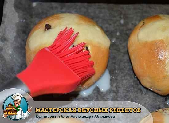 смазать крестовые булочки глазурью
