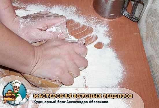 вымесить руками медовое тесто