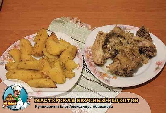 картошка и курица на разных тарелках