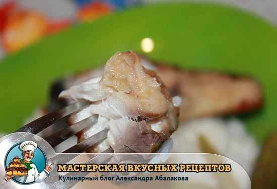 кусочек жареной рыбы на вилке