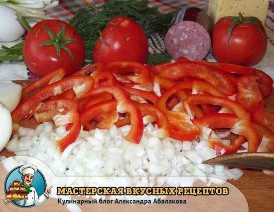 нарезанный лук и перец