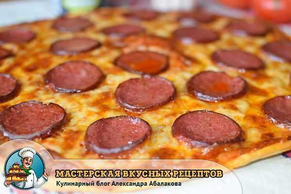 кусочки колбаски на запеченном сыре