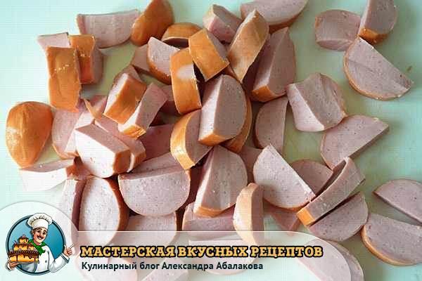 нарезанная кусочками сосиска