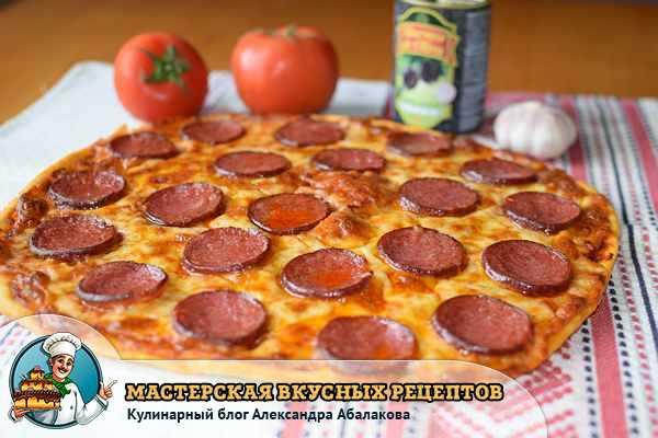пицца с салями на столе