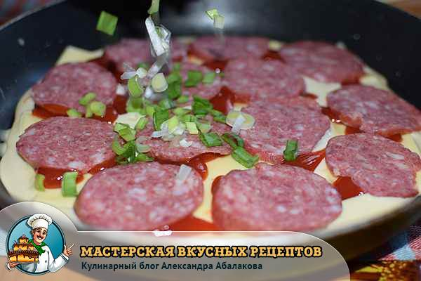 посыпать колбасу зеленым луком
