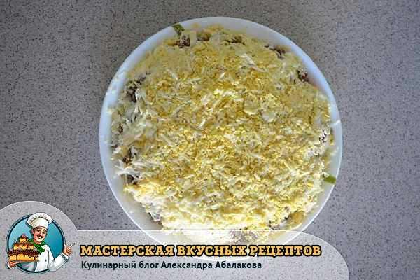 посыпать мясом измельченными яйцами