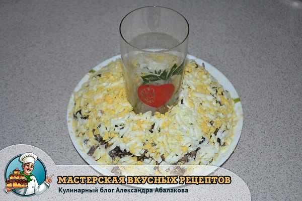 слой из яиц вокруг стакана