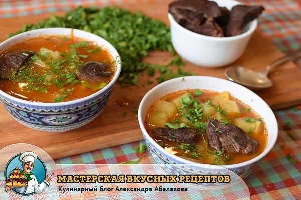 две чашки с классическим гороховым супом