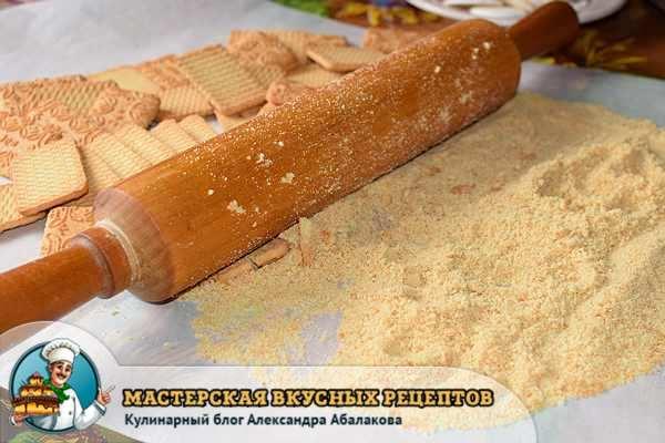 измельчить печенье скалкой