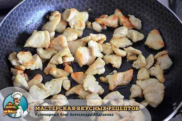 обжаренные кусочки куриного филе