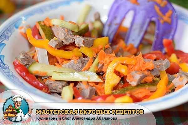 перемешать свиной язык с овощами