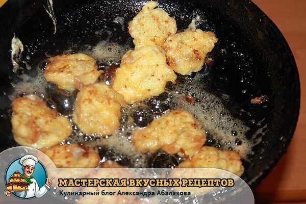 шампиньоны жарятся на сковороде