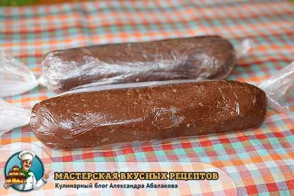свернуть массу из печенья в колбаску