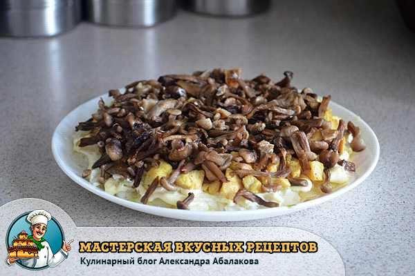 жареные грибы на картошке