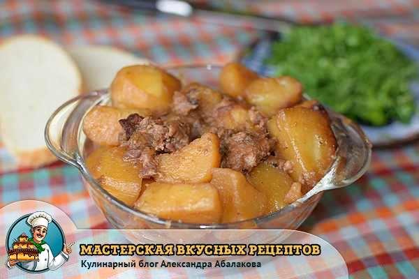 картошка с говяжьей тушенкой в тарелке