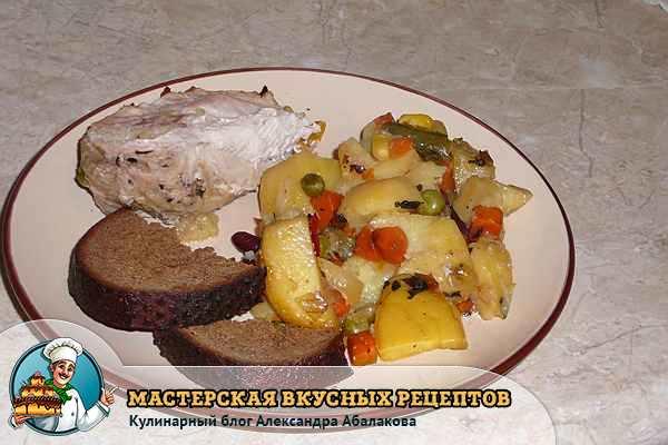 картошка с индейкой на тарелке