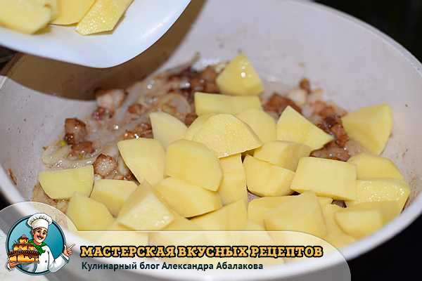 картошка с салом в сковороде