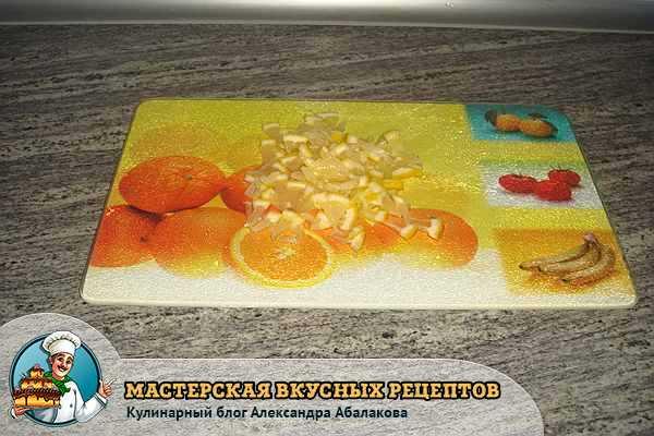 лимон порезанный на кусочки