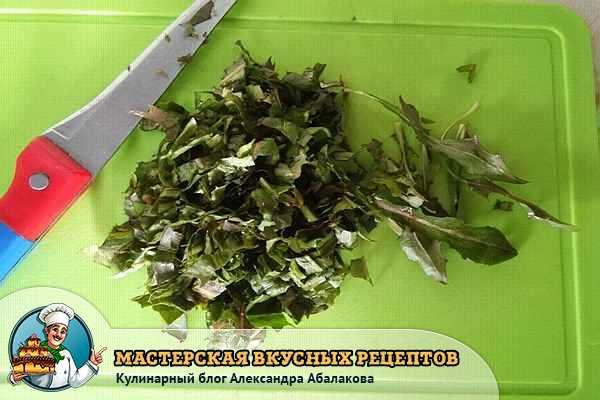 нарезанные листья одуванчиков