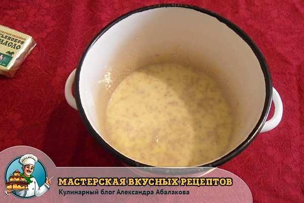 кастрюля с молоком яйцом и дрожжами