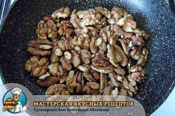 орехи жарятся в сковороде