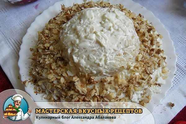 посыпать сформированный салат орехами