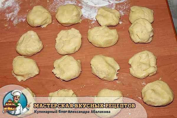 разделить тесто на 15 кусочков
