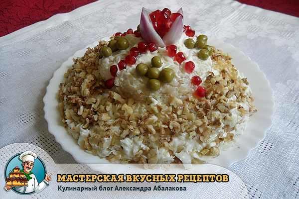 салат шапка мономаха стоит на столе