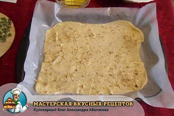 смазать тесто маслом и посыпать начинкой