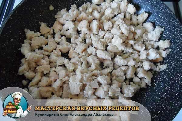 куриный фарш жарится в сковороде