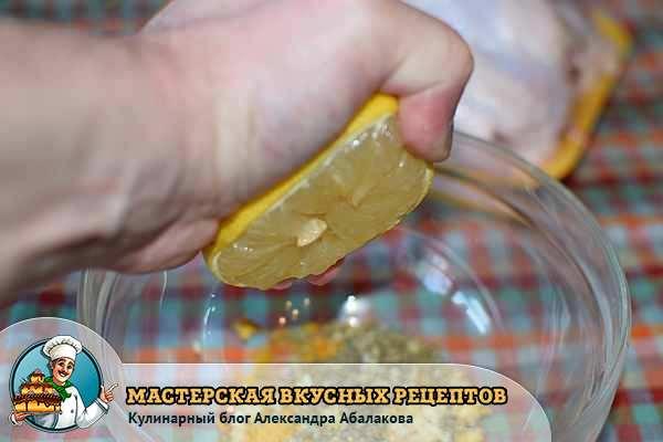 выдавить лимон в смесь специй